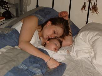 Sovende mor og barn