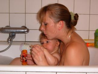 Mor og barn i bad