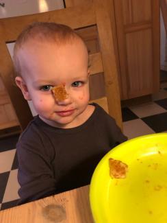 Barn med mad i ansigtet