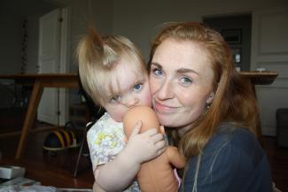 Mor og baby med dukke