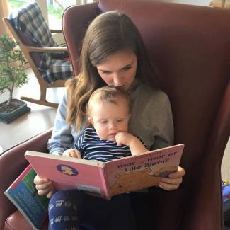 Mor læser for lille barn