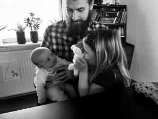 Far, baby og storesøster